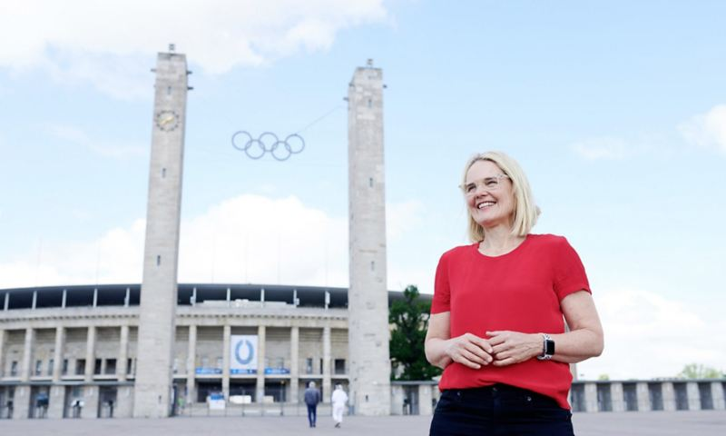 Elke Heitmüller vor dem Berliner Olympiastadion