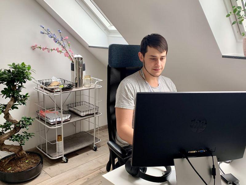Eine Person arbeitet remote am Computer
