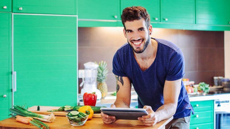 Bild eines Mannes in einer Küche