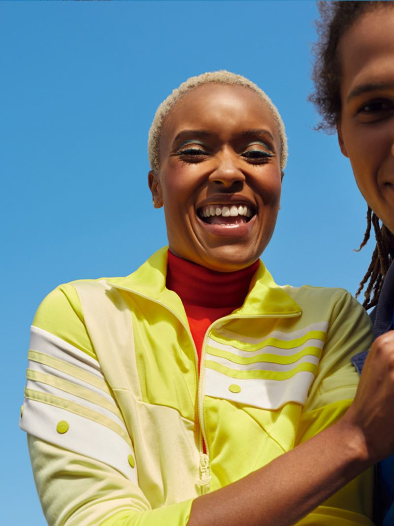 Un couple heureux portant des chemises jaunes et bleues sous un ciel bleu. Mode de vie.