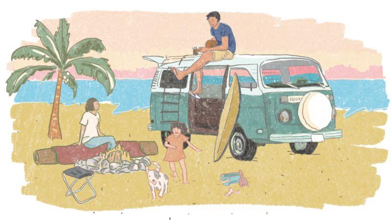 VanLife插畫 - 白綠雙色T2停在海邊沙灘上,男人坐在T2車頂,太太坐在沙灘上的木頭,前方升起營火,小孩與狗狗開心在沙灘上奔跑