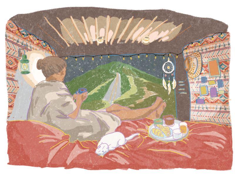 VanLife插畫 - 從車裡往車尾外看,可見車外的山與星空,車內部落風的裝飾圖騰充滿溫馨氛圍,女子與貓放鬆躺在臥舖上
