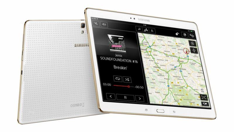 Dwa tablety z Volkswagen Media Control i mapą