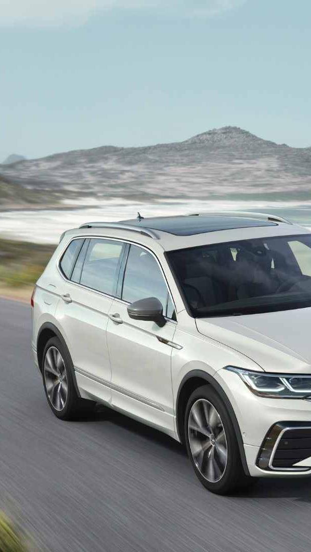Camioneta SUV Tiguan 2022 en carretera costera