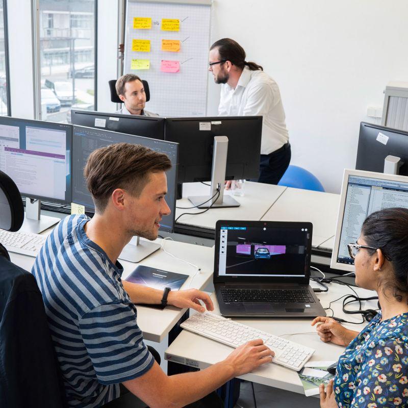 Mitarbeiter der Volkswagen IT im Büro