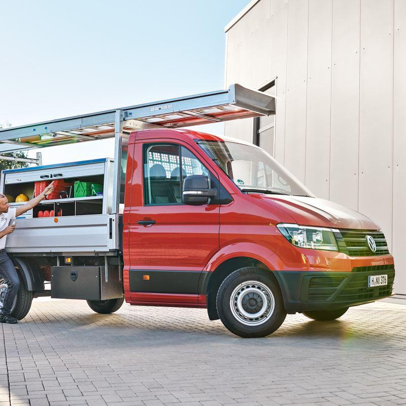 Ein VW Crafter mit branchenspezifischem Aufbau wird an den Kunden übergeben.