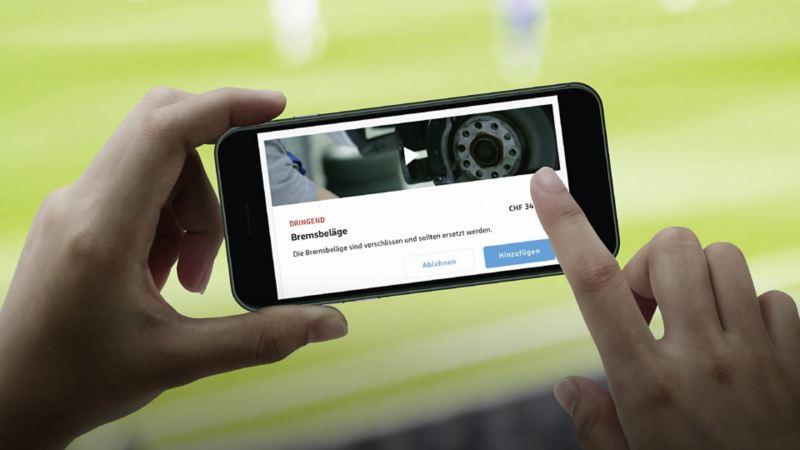 Ein Smartphone, das die Service Cam zeigt