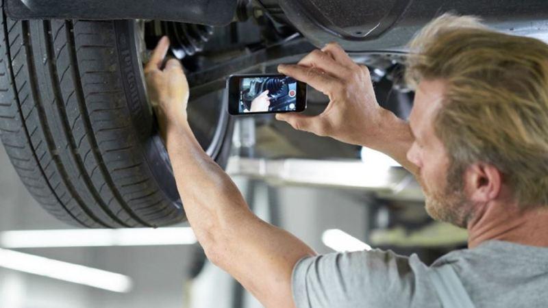 Ein Mechaniker benutzt die Service Cam