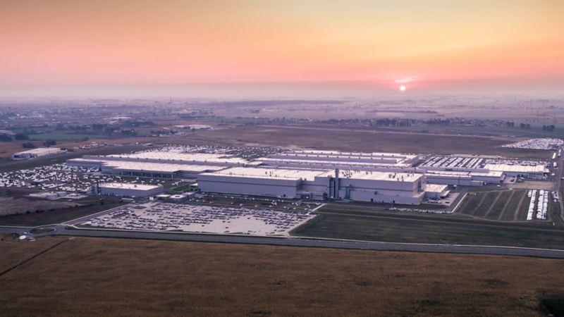 Vista panoramica della sede di Września di Volkswagen, che funziona interamente ad energia sostenibile, dove è iniziata la produzione degli e-Crafter.