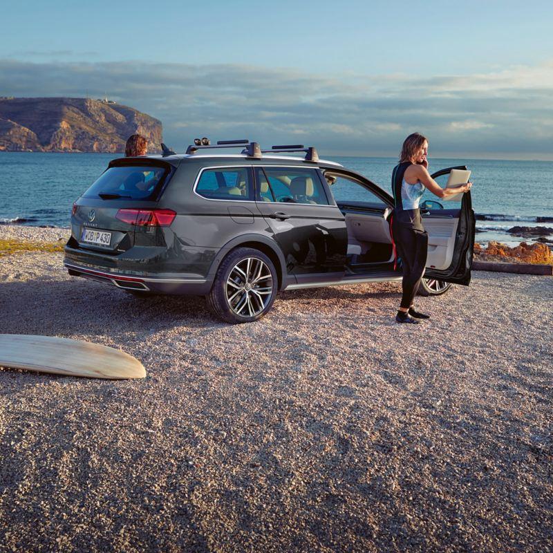 VW Passat Alltrack på en stenstrand