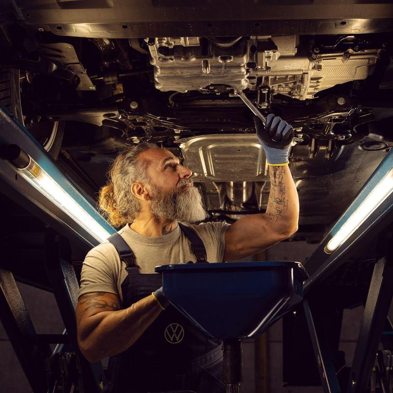 Eine Inspektion eines VW Fahrzeugs in einer Werkstatt – Inspektion und HU/AU