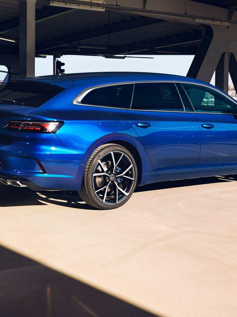 A blue VW R Arteon Shooting Brake drives down a road – pure performance