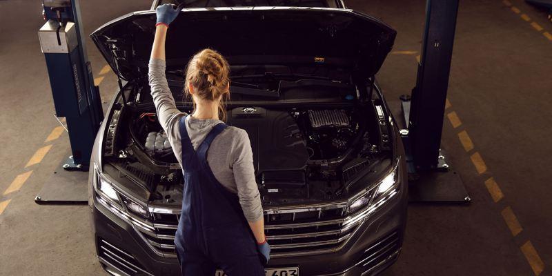En VW servicemedarbejder håndterer Originale Dele