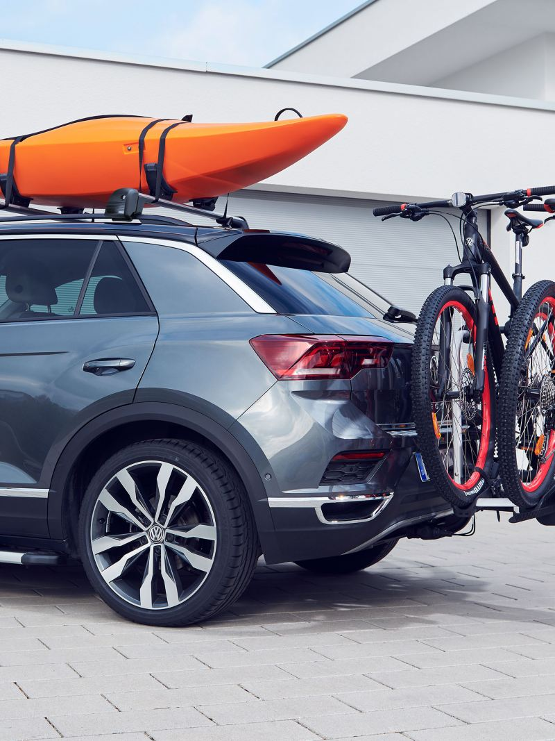 A kayak and two bikes on a VW car – transport solutions from VW accessories