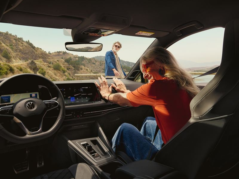 Eine Frau genießt ihre Zeit in ihrem VW Auto mit modernen Infotainment-Systemen – Volkswagen Interieur