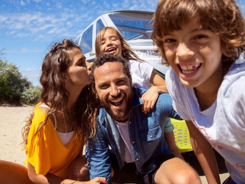 Une famille devant une Volkswagen