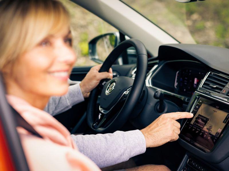 Due persone a bordo di un'auto Volkswagen si preparano per un viaggio.