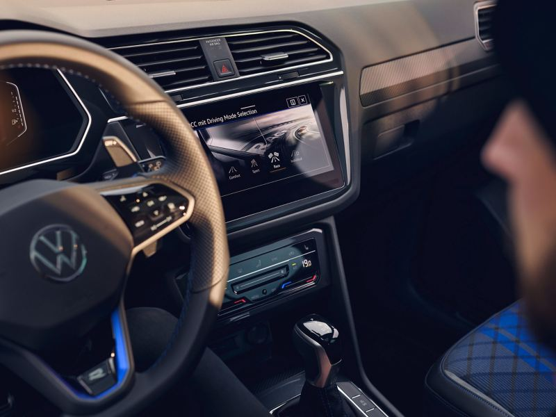 The cockpit of the Tiguan R with multifunction sports steering wheel