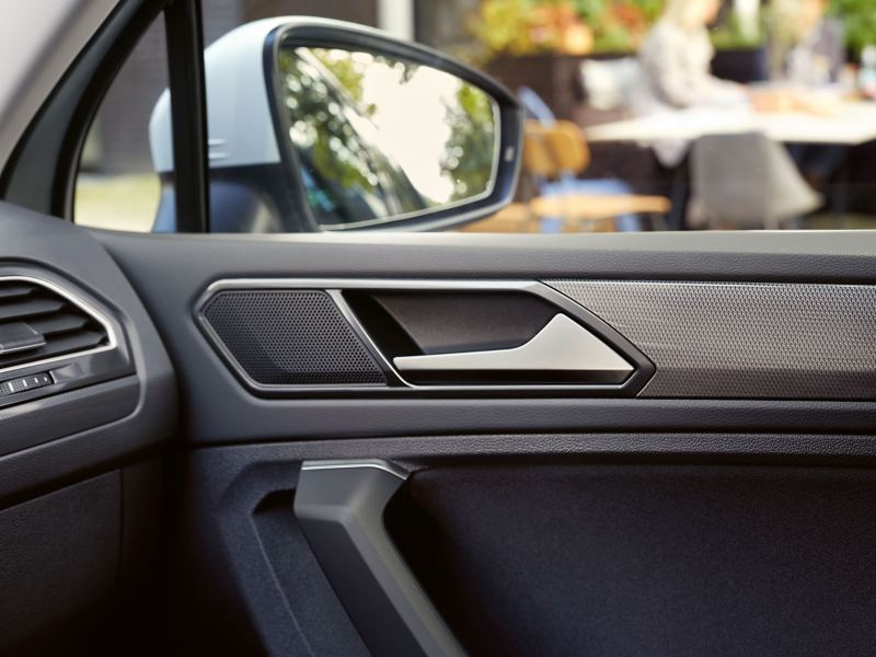 """Detailed view of a clean vehicle interior and exterior mirrors of a Volkswagen car – cleaning a car with the """"Spring"""" care set from Volkswagen"""