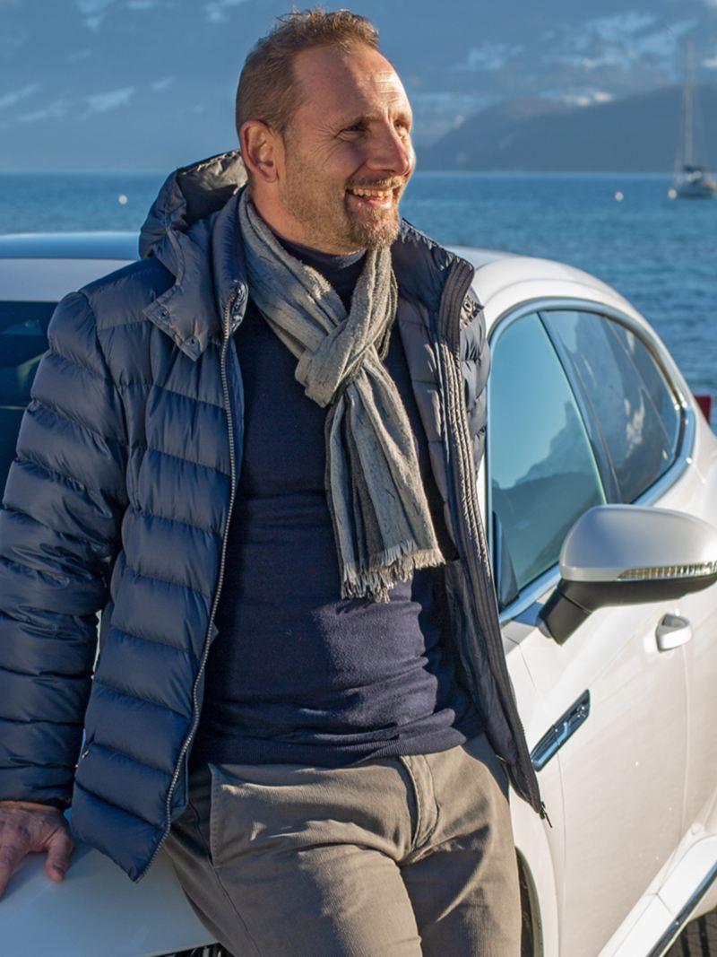 Mauro Lustrinelli steht vor dem Arteon Shooting Brake