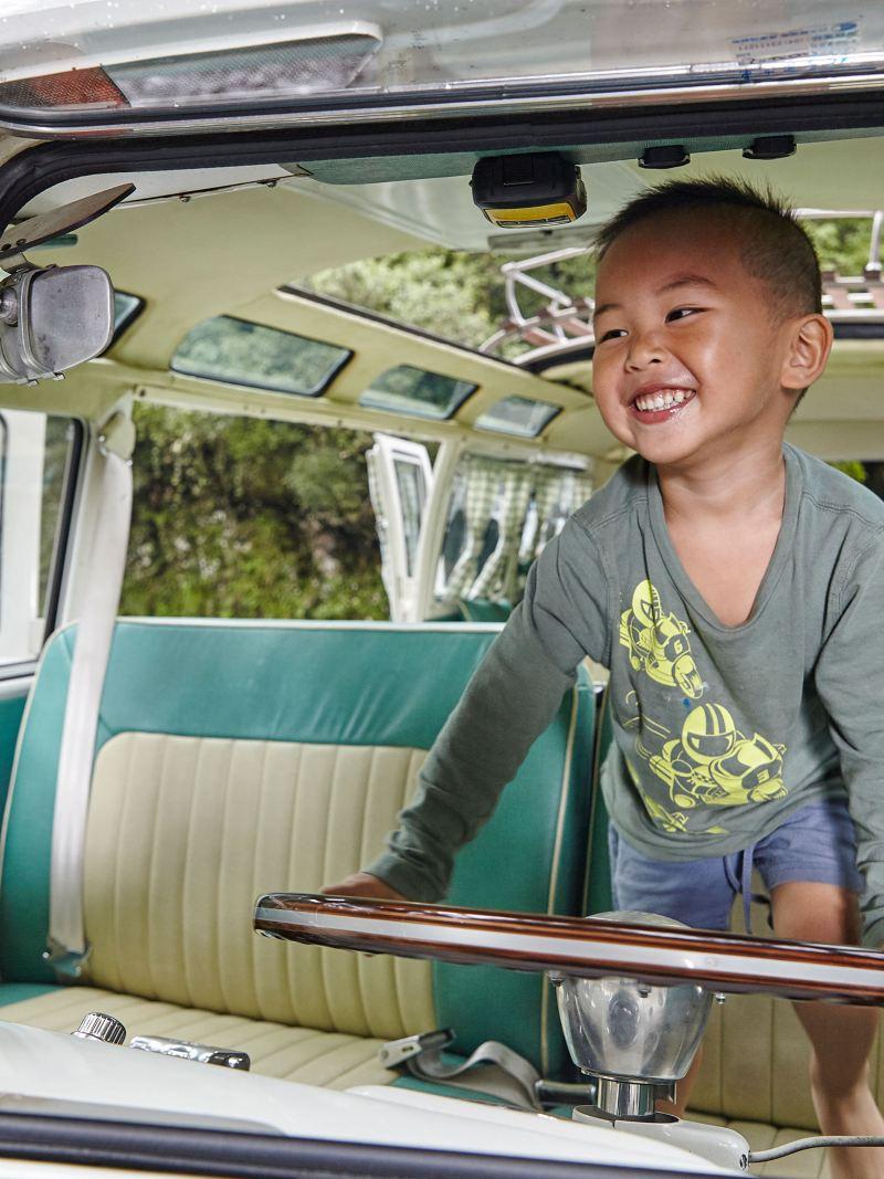 車主小兒子站在駕駛座