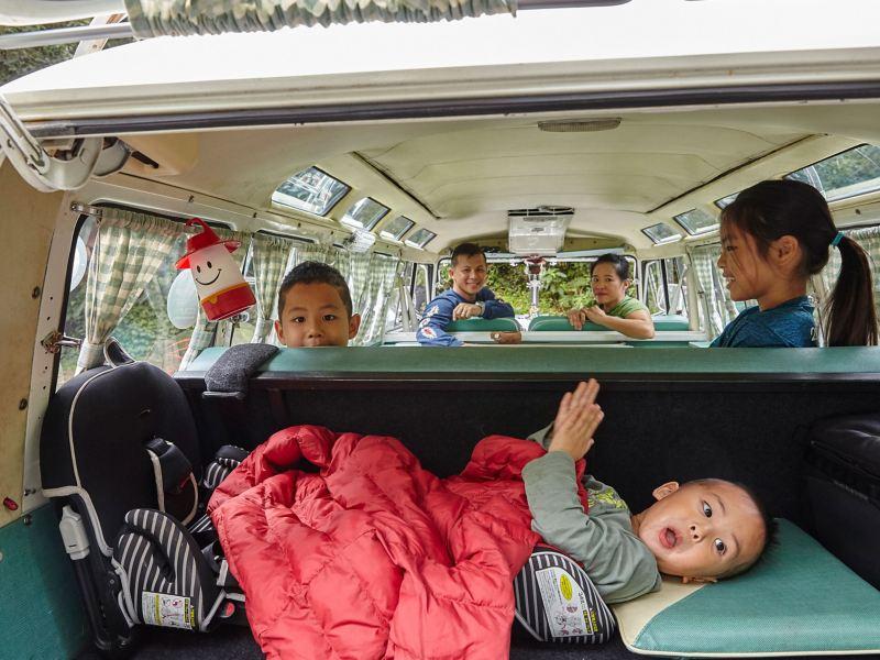 車主夫妻和三個孩子坐在車內