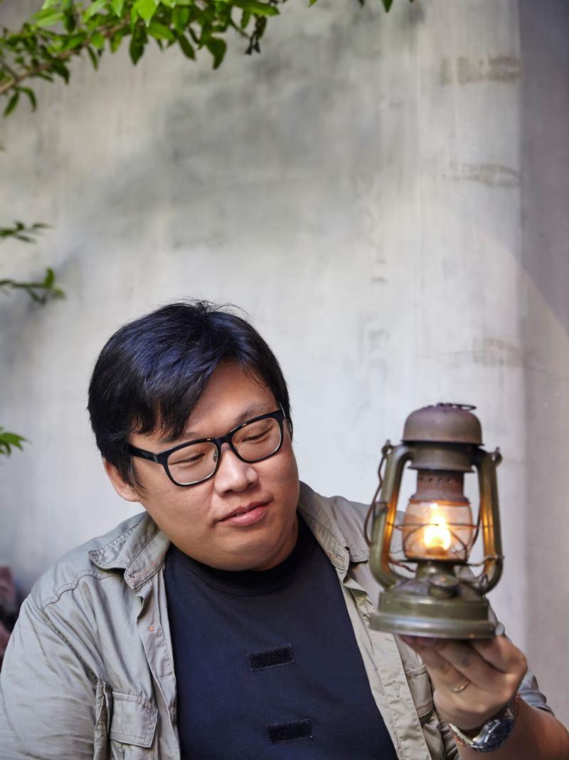 幽默的龍希武導演開玩笑地拿著燈說每修好一盞燈並成功點亮的瞬間,只能以「充滿歡笑、愛與淚水」來形容,旁人無法體會。