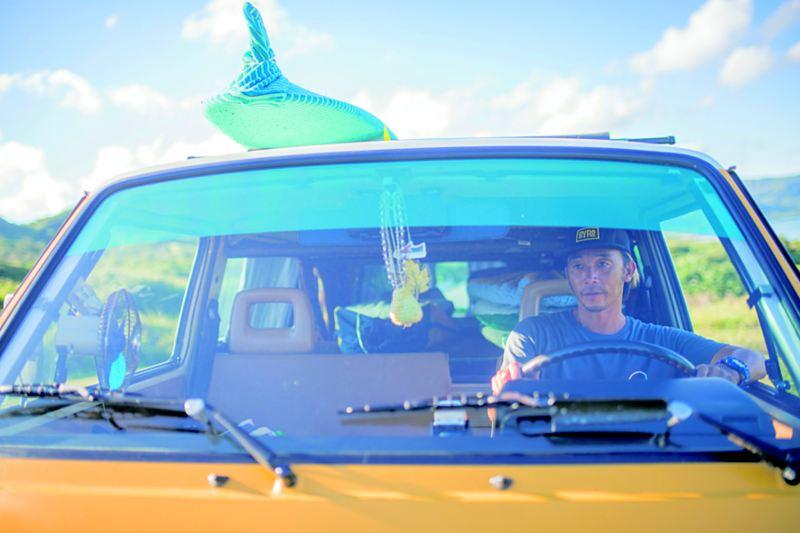陳東銘開著黃色T3車頂載著衝浪板