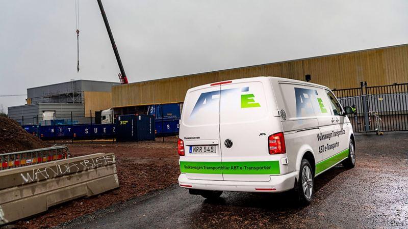 Helelektriska Volkswagen ABT e-Transporter rullar upp vid Northvolts bygge i Västerås.