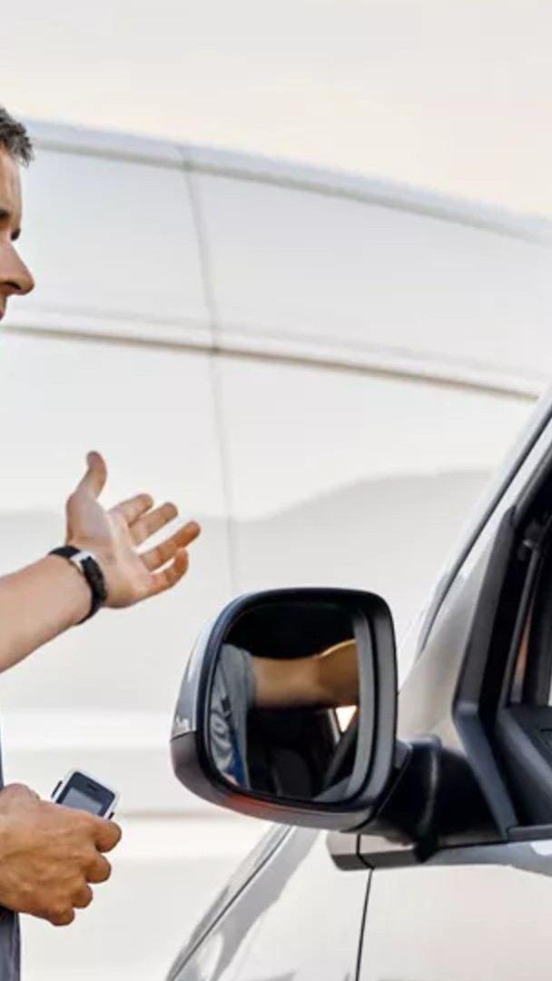 Conductor y técnico de Volkswagen charlando sobre el mejor tipo de aceite para los automóviles