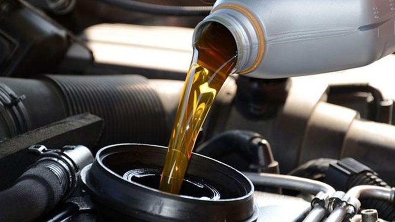 Aceite siendo vertido en automóvil de acuerdo al tipo de motor