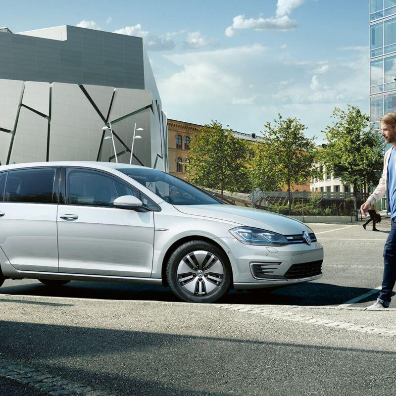 Voiture Volkswagen dans un stationnement, lien vers la page vehicules-neufs