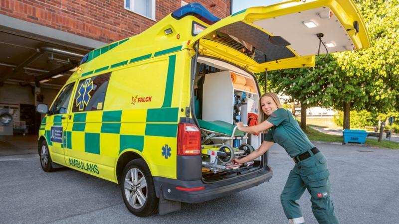 Ambulansförare Anna Ohlson kör en Volkswagen T6
