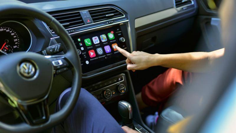 Conductor escuchando Radio Volkswagen, el podcast de VW México a través de apps Spotify y Youtube