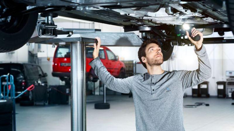 Vérification du véhicule utilitaire par un technicien