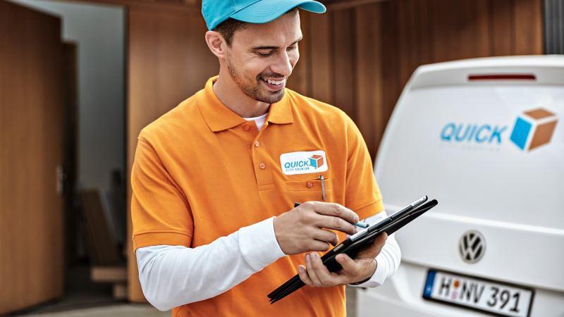 Ein Lieferant wirft einen Blick auf ein Tablet.