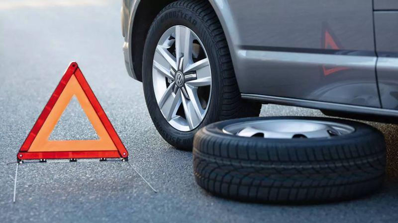 Triangle de signalisation positionné à côté d'un utilitaire Volkswagen