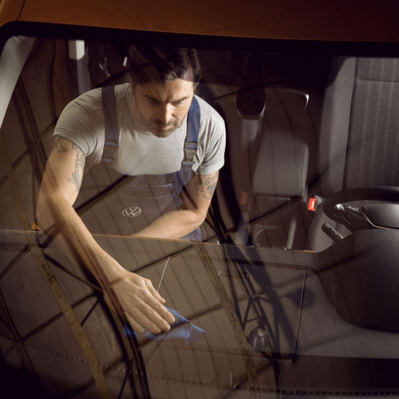vw Volkswagen varebiler ruteskift frontruteskift steinsprutskade service reparasjon merkeverksted bilverksted verksted bilmekaniker Caddy liten Transporter Crafter stor varebil kassebil firmabil arbeidsbil