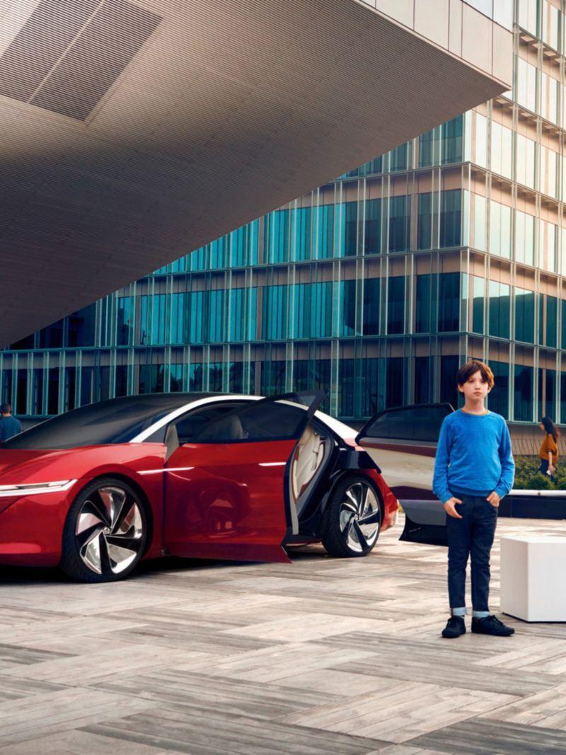 ID. Vizzion, el sedan eléctrico de Volkswagen estacionado afuera de edificio