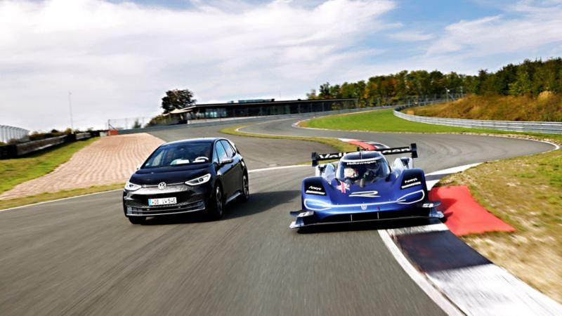 Autos eléctricos ID.3 y ID.R de Volkswagen corriendo sobre pista de carreras