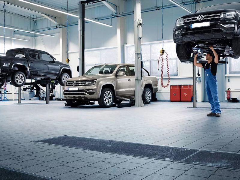 Automóviles en taller de Servicio Volkswagen recibiendo mantenimiento para motores de autos