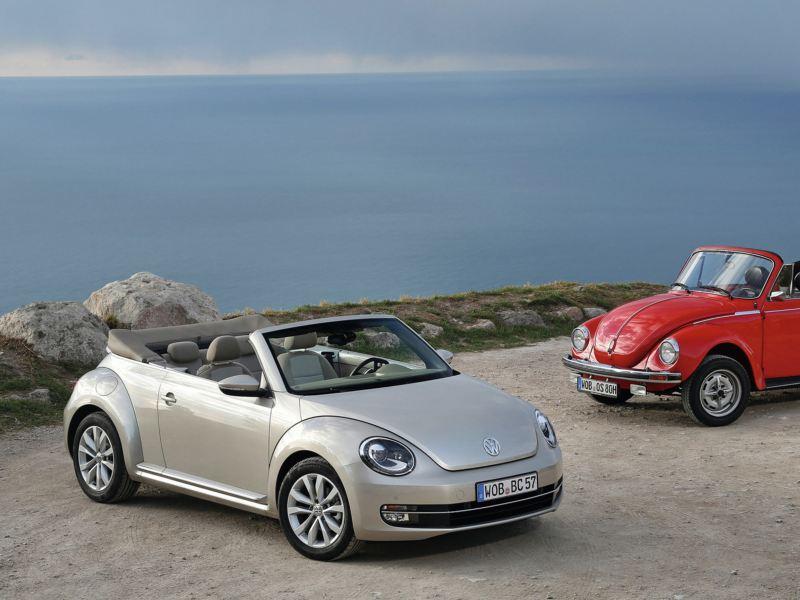 Autos Beetle en color gris platino y Vocho VW rojo tornado estacionados frente a playa