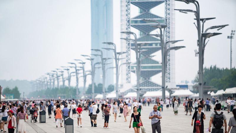 Eine belebte Flaniermeile mit moderner Architektur in Peking