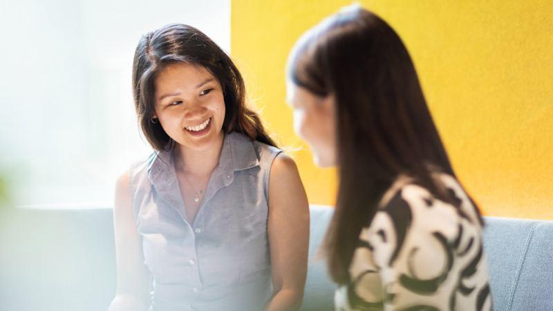 Zwei asiatische Frauen unterhalten sich in einem Geschäftstermin
