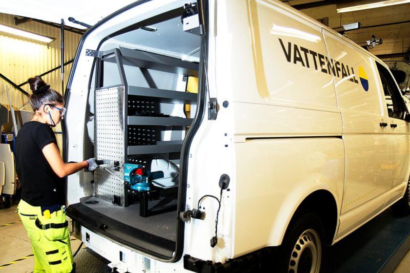 Bilbyggarna i Wallhamn bygger om Vattenfalls hundra Transporters