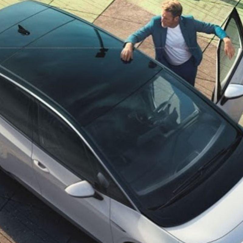 Hombre entrando a vehículo eléctrico de Volkswagen