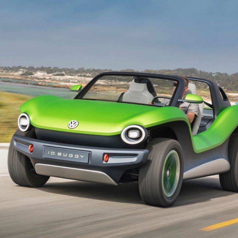Auto eléctrico ID Buggy de Volkswagen manejando sobre desierto