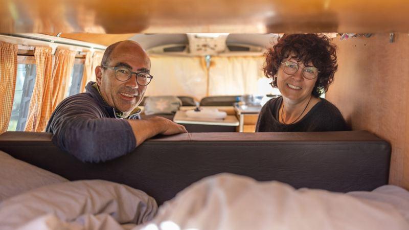 Ein Paar sitzt in einem VW Bus T1.