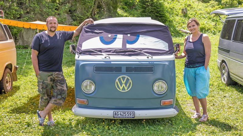 Maria und Simon stehen neben ihrem VW Bus T2a.