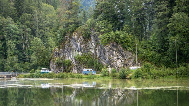 Ein VW Bus T1 fährt durch die Freiberge.